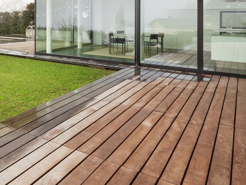 Vendita e posa pavimento in legno per esterni a brescia